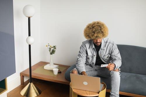 Foto profissional grátis de afro, cartão de crédito, cartão de débito