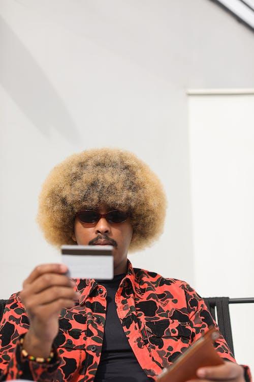 Gratis stockfoto met afro amerikaan, bankpas, betaling