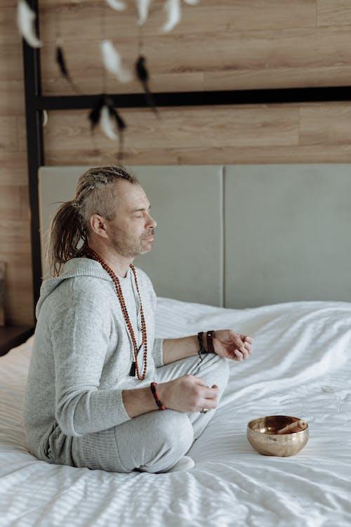 Mann, Der Auf Dem Bett Meditiert