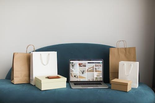 沙發, 盒子, 筆記本電腦 的 免費圖庫相片