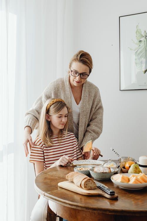 Immagine gratuita di adolescente, affetto, colazione