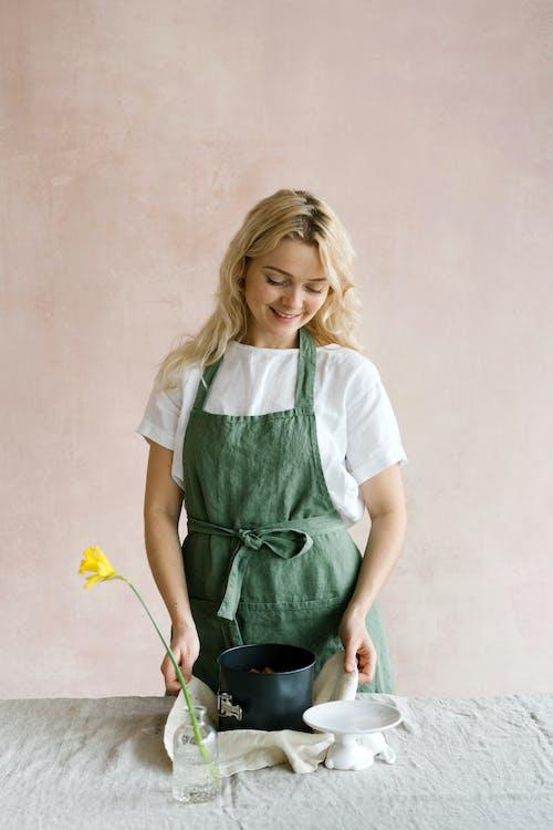 Бесплатное стоковое фото с блондинка, бутылка, ваза