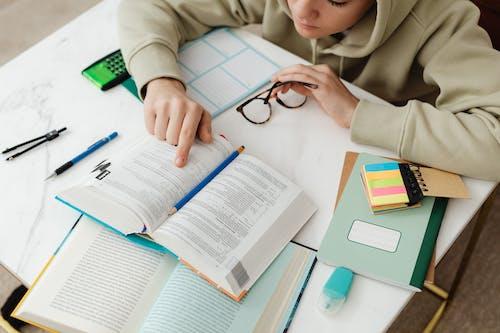 Fotobanka sbezplatnými fotkami na tému ceruzka, čítanie, domáca úloha