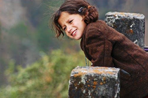 aşındırmak, çocuk, genç, gülümsemek içeren Ücretsiz stok fotoğraf