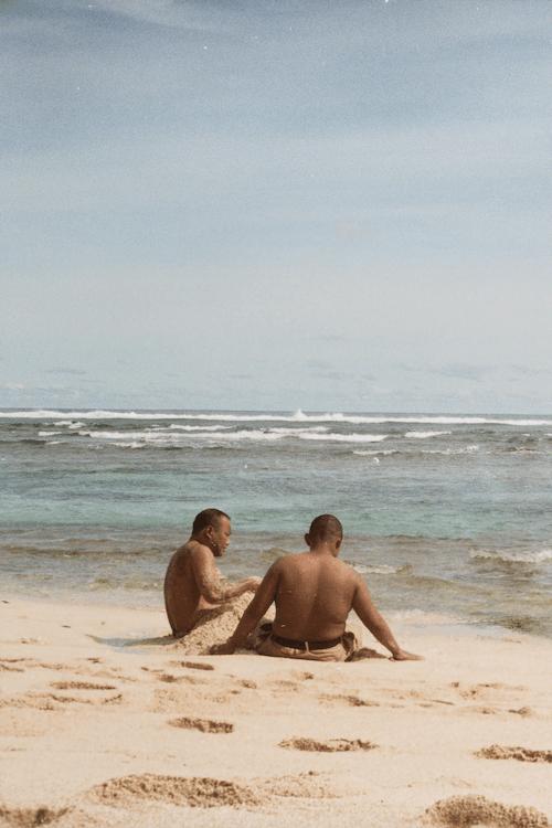 Foto profissional grátis de à beira-mar, amigos, ao ar livre