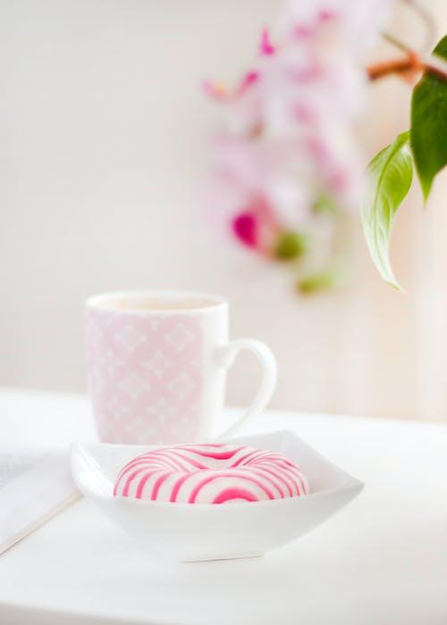 白とピンクのセラミックマグ
