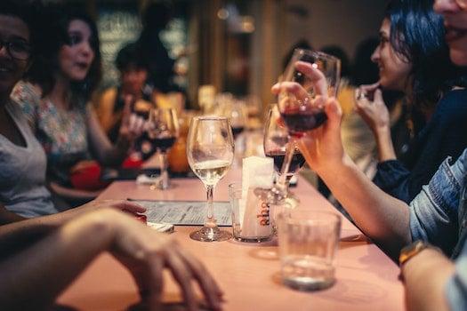 Kostenloses Stock Foto zu restaurant, menschen, smartphone, bar