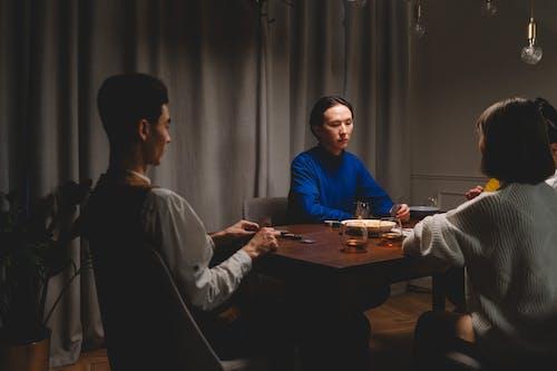Fotobanka sbezplatnými fotkami na tému dosková hra, drevený stôl, hazard