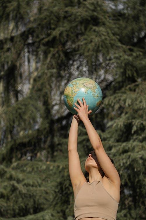 Fotos de stock gratuitas de esfera, globo terráqueo, manos sobre la cabeza