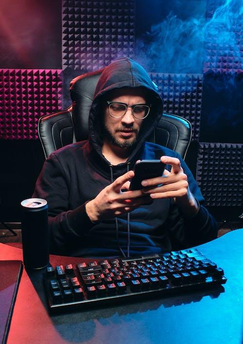 adam, ağ, akıllı telefon içeren Ücretsiz stok fotoğraf
