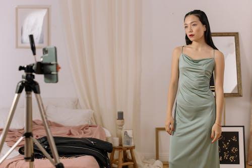 Бесплатное стоковое фото с vlogger, азиатка, в помещении
