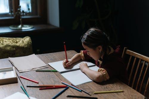 Foto profissional grátis de aluno, desenho, dever de casa