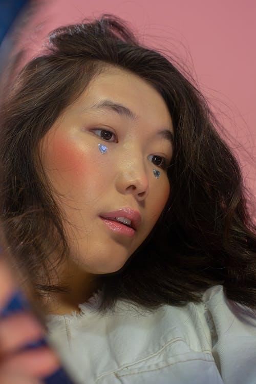 Gratis stockfoto met andere kant op kijken, Aziatische vrouw, bedachtzaam