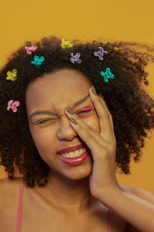 アクセサリー, ウェーブのかかった髪, うれしいの無料の写真素材