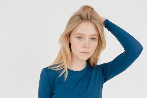 Δωρεάν στοκ φωτογραφιών με casual, shot στούντιο, αγγίξτε τα μαλλιά