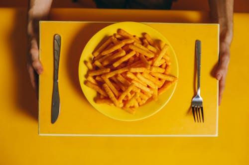 Photos gratuites de aliments, anonyme, arrière-plan jaune