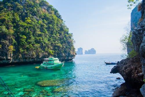 Kostnadsfri bild av båt, hav, havsområde, klippformation