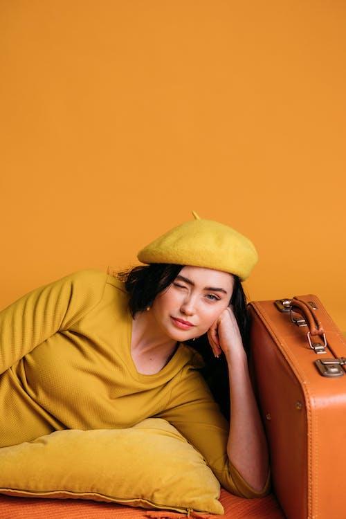갈색 머리, 노란색, 노란색 배경의 무료 스톡 사진