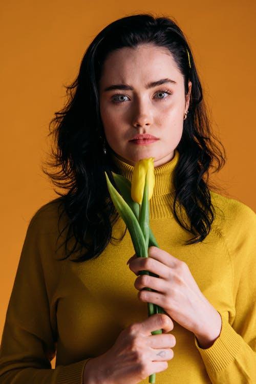 一束花, 創意肖像, 咖啡色頭髮的女人 的 免費圖庫相片