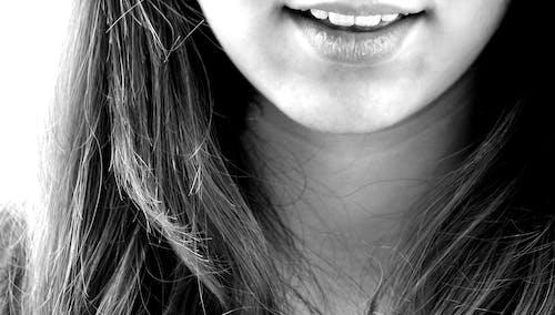 Foto profissional grátis de boca, dentes, garota, P&B