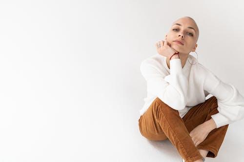 Základová fotografie zdarma na téma bílé pozadí, blondýna, charismatický