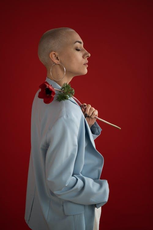 Základová fotografie zdarma na téma blond, bunda, červené pozadí
