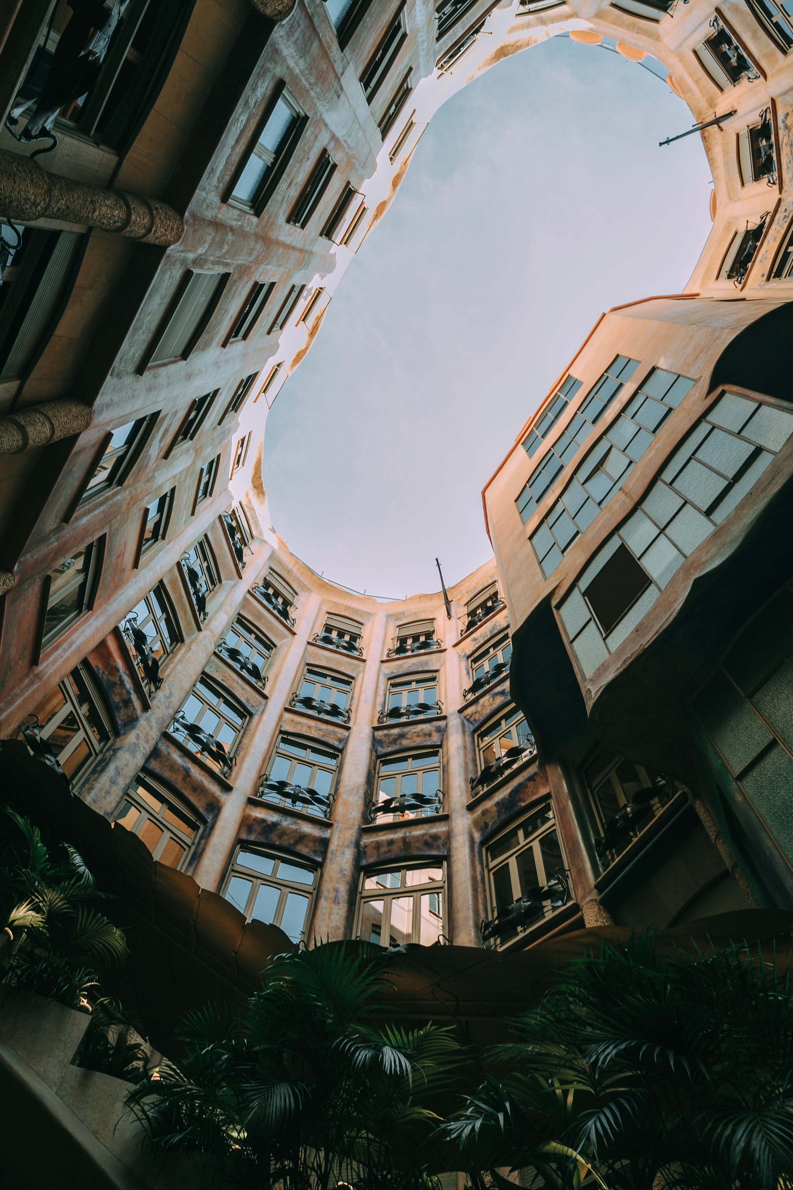 Foto stok gratis Arsitektur, bidikan sudut sempit, biro, cahaya