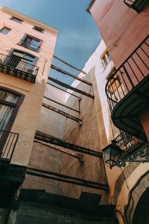 Kostenloses Stock Foto zu apartments, architektur, aufnahme von unten, außen