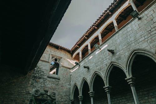 Foto profissional grátis de arcadas, arquitetura, cena, céu