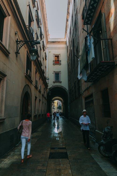 Foto profissional grátis de andando, arquitetura, cena, céu
