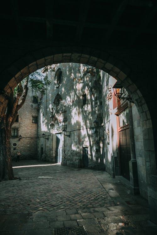 Foto profissional grátis de abajur, arcada, arquitetura, árvores