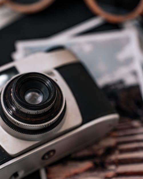 คลังภาพถ่ายฟรี ของ กล้องอะนาล็อก, กล้องเก่าบนโต๊ะ, การถ่ายภาพอะนาล็อก