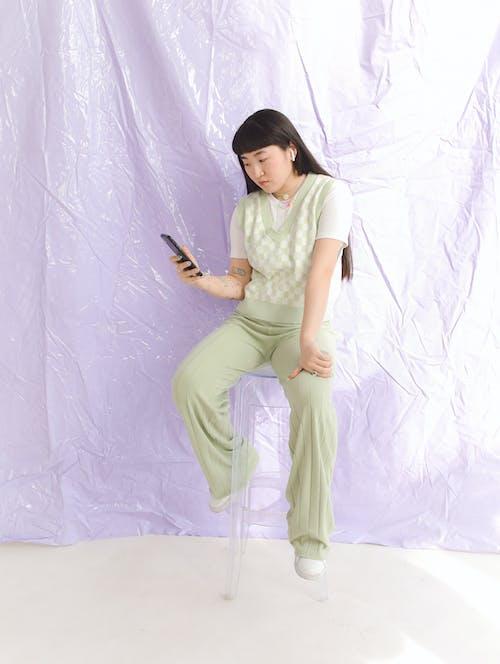 Gratis arkivbilde med asiatisk jente, bruke, bruker mobiltelefon