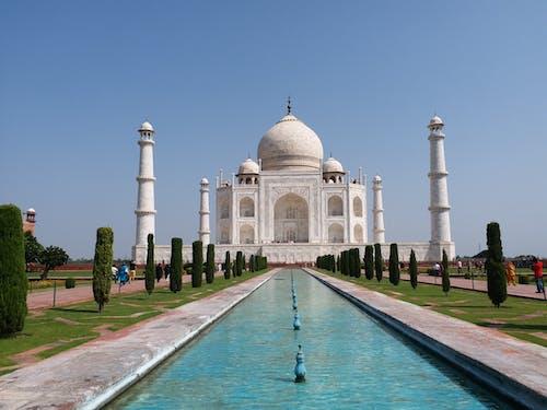 Majestic Taj Mahal unde Clear Blue Sky