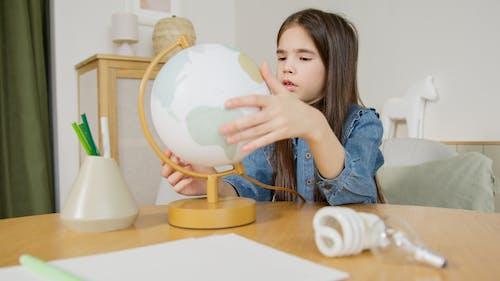 Бесплатное стоковое фото с в помещении, глобус, девочка