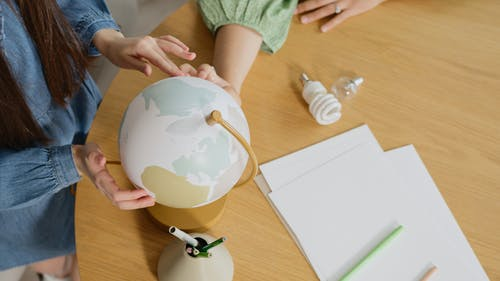 Бесплатное стоковое фото с в помещении, глобус, держать