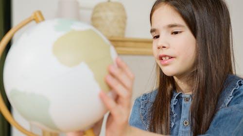 Бесплатное стоковое фото с глобус, девочка, девушка