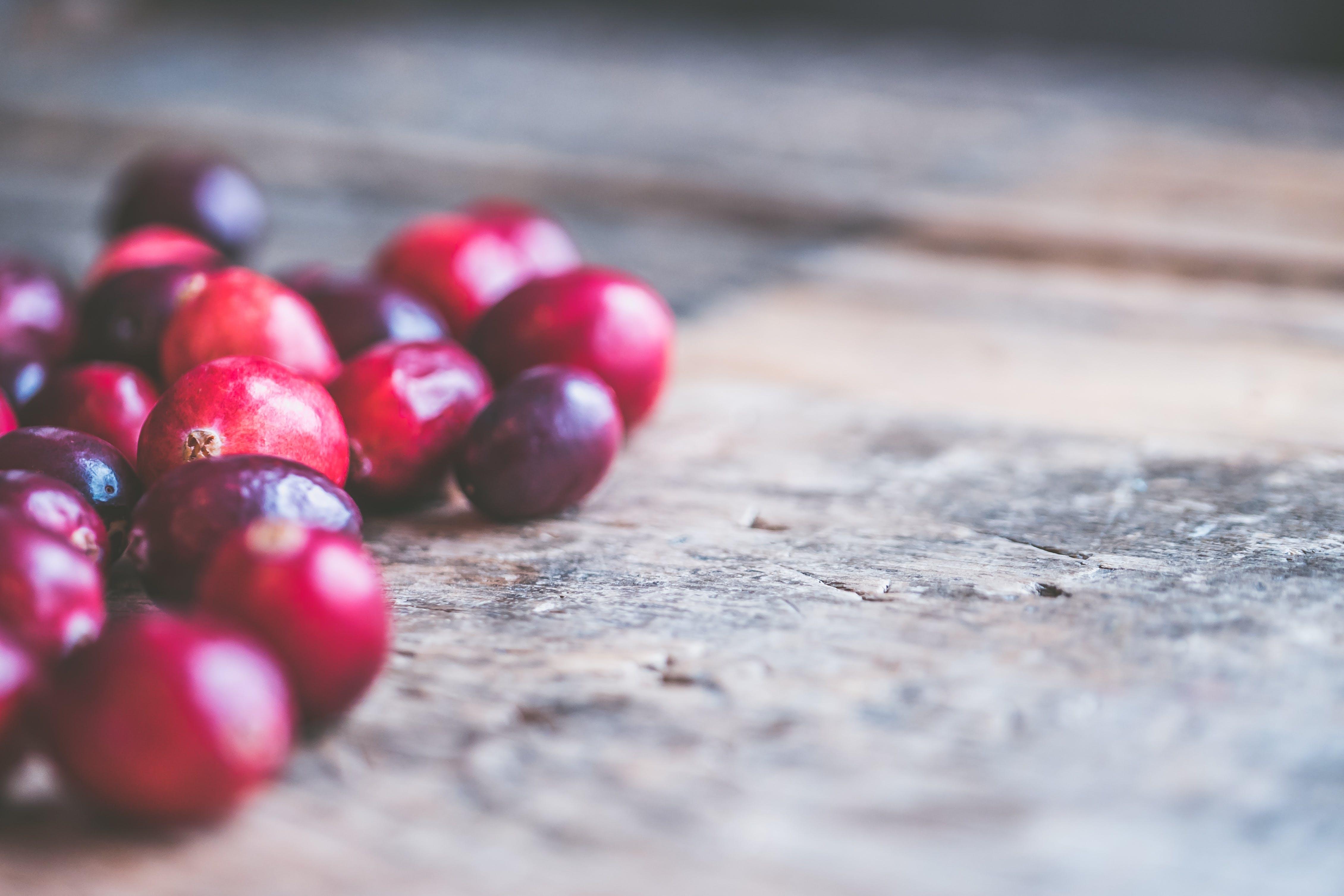 ahşap yüzey, bulanıklık, kahve çekirdekleri, konsantre olmak içeren Ücretsiz stok fotoğraf