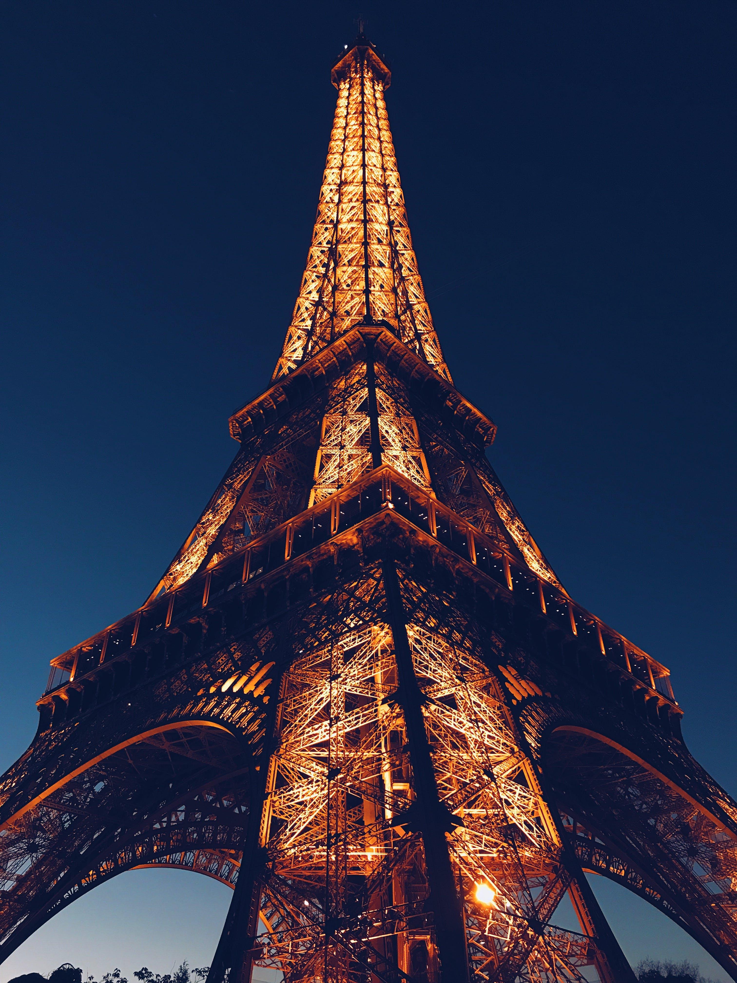 Il fuoco va a parare Notre-Dame di Parigi, ma la struttura è salvata dalla distruzion thumbnail