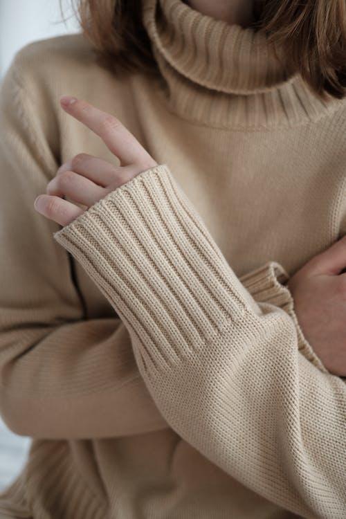 Gratis stockfoto met anoniem, armen over elkaar, beige