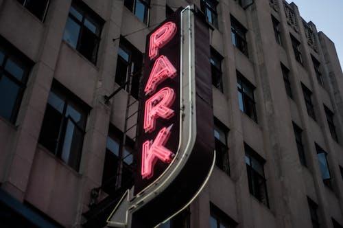 Darmowe zdjęcie z galerii z neonowy znak, parking, parking wielopoziomowy