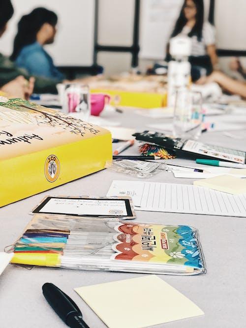 Immagine gratuita di brainstorming, ciambelle, incontro, penne colorate