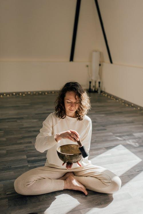 冥想, 印度人坐, 在地上 的 免費圖庫相片