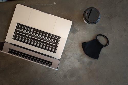 Gratis arkivbilde med å gå, ansikt, bærbar datamaskin