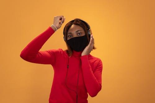 Gratis stockfoto met Afro-Amerikaanse vrouw, alleen, audio