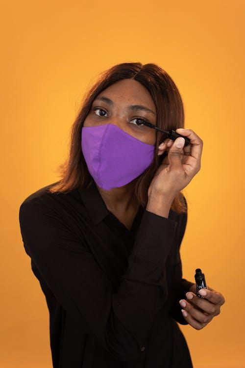 Gratis stockfoto met aantrekkelijk, Afro-Amerikaanse vrouw, bedek gezicht