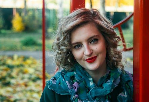 Foto profissional grátis de alegria, atraente, bonita, cabelo
