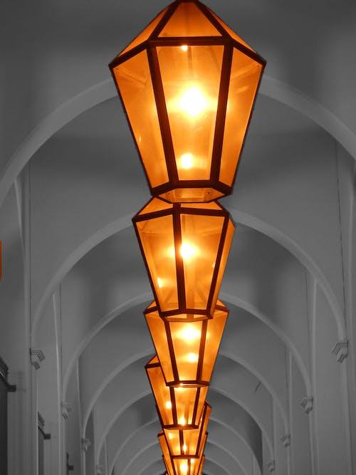 Darmowe zdjęcie z galerii z głębia pola, korytarz, kształtuje wzór, lampy