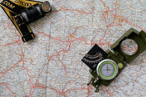 Fotobanka sbezplatnými fotkami na tému baterka, kompas, mapa