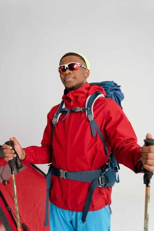 Fotos de stock gratuitas de atuendo, bastones de esquí, chaqueta roja